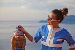 Mody kobieta cieszy się lata światło słoneczne obraz stock