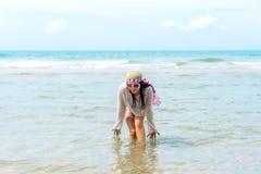 Mody kobieta relaksuje na plaży Biały piasek, błękitny chmurny niebo Obraz Royalty Free