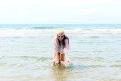 Mody kobieta relaksuje na plaży Biały piasek, błękitny chmurny niebo i crysta, Zdjęcie Royalty Free