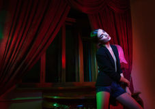 Mody kobieta target1086_1_ blisko stołu z lampą Fotografia Stock