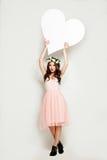 Mody kobieta trzyma Dużego Białego Kierowego sztandar Obraz Stock