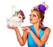 Mody kobieta w Easter stylu podziwia królik i kwitnie Obrazy Stock