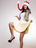 Mody kobieta w Santa pomagiera kapeluszu Fotografia Royalty Free