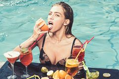 Mody kobieta z od?wie?a alkohol w Miami Nap?j witaminy ?wie?y sok, dieta Basenu przyj?cie relaksuje w zdroju kurorcie Lato fotografia royalty free