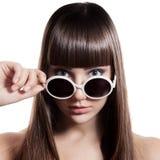 Mody kobieta Z okularami przeciwsłonecznymi. Odosobniony obraz royalty free