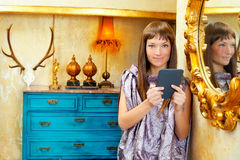 Mody kobiety czytelnicza ebook pastylka w grunge domu Zdjęcia Stock