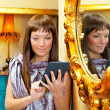 Mody kobiety czytelnicza ebook pastylka w grunge domu Fotografia Royalty Free