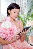 Mody kobiety i pastylki ebook czytanie Zdjęcia Stock