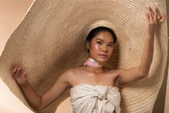 Mody kobiety Młodego Azjatyckiego czarni włosy duży kapelusz zdjęcia royalty free