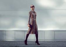Mody kobiety model jest ubranym lampart suknię chodzi Obrazy Stock
