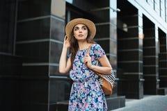 Mody kobiety portret potomstwo dosyć modna dziewczyna pozuje przy miastem w Europa Zdjęcie Stock