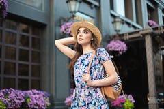 Mody kobiety portret potomstwo dosyć modna dziewczyna pozuje przy miastem w Europa Fotografia Royalty Free