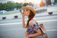 Mody kobiety portret potomstwo dosyć modna dziewczyna pozuje przy miastem w Europa Zdjęcie Royalty Free