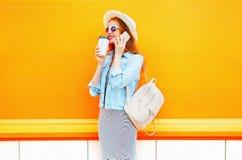 Mody kobiety uśmiechnięte rozmowy na smartphone trzymają filiżankę Zdjęcie Stock