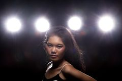 Mody kobiety zmroku dymu z powrotem obręcza Azjatycki światło obrazy royalty free