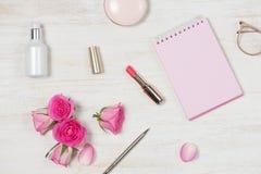 Mody Kosmetyczny Makeup z Wzrastał Mieszkanie nieatutowy, odgórny widok na różowym b fotografia royalty free