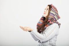 Młody śliczny dziewczyny czekanie dla śniegu Obraz Royalty Free