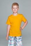 Mody młoda chłopiec w żółtej koszula zdjęcie royalty free
