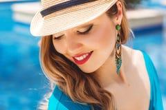 Mody młoda kobieta blisko błękitne wody fotografia royalty free