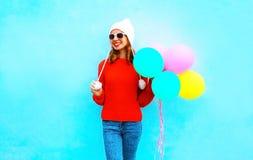 Mody młoda uśmiechnięta kobieta trzyma lotniczych balony na kolorowym Fotografia Royalty Free