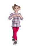 Mody mała dziewczynka chodzi obrazy royalty free