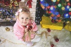 Mody mała dziewczynka dekoruje choinki Obrazy Royalty Free