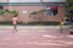 Młody matki i syna sztuki badminton Obrazy Royalty Free