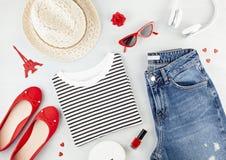 Mody mieszkanie kłaść z francuza stylu dziewczyn miastowym strojem z koszulką, balerina butami, okularami przeciwsłonecznymi i ca obrazy stock