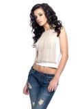 Mody model z długie włosy ubierającym w niebieskich dżinsach obraz stock
