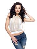 Mody model z długie włosy ubierającym w niebieskich dżinsach Obrazy Stock
