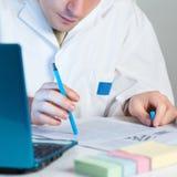 Młody naukowiec czyta świeżą publikację Fotografia Royalty Free