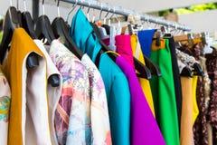 Mody odzież na wieszakach fotografia royalty free