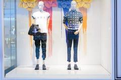Mody odzieży przedstawienie w szafie Zdjęcia Royalty Free