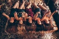Mody piękna chwyta świątecznych ręk feminizmu władzy kobiecy pojęcie Wierzchołek nad wysokiego kąta widoku fotografia pięć z podn obrazy stock