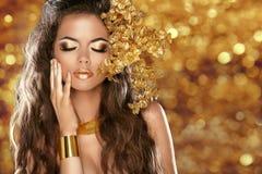 Mody piękna dziewczyna Odizolowywająca na złotym bokeh zaświeca tło zdjęcia stock