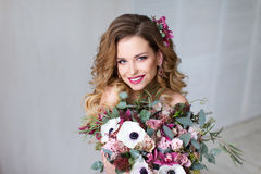 Mody piękna modela dziewczyna z kwiatami Włosianymi obraz royalty free
