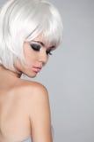 Mody piękna portreta kobieta. Biały Krótki włosy. Odizolowywający na Gre Zdjęcia Royalty Free