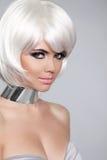 Mody piękna portreta kobieta. Biały Krótki włosy. Piękny Girl Obraz Royalty Free
