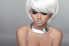 Mody piękna portreta kobieta. Biały Krótki włosy. Piękny Girl Fotografia Stock