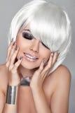 Mody piękna portreta kobieta. Biały Krótki włosy. Szczęśliwa dziewczyna Clos Obrazy Stock