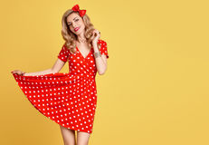 Mody Piękno Pinup dziewczyny ono uśmiecha się Polek kropek suknia Fotografia Royalty Free