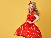 Mody Piękno Pinup dziewczyny ono uśmiecha się Polek kropek suknia Fotografia Stock
