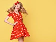 Mody Piękno Pinup dziewczyny ono uśmiecha się Polek kropek suknia Zdjęcia Royalty Free
