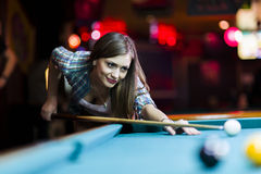 Młody piękny młodej damy celowanie brać snookeru strzał Obraz Royalty Free