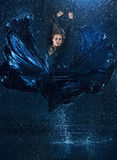 Młody piękny nowożytny tancerza taniec pod wodnymi kroplami Obraz Stock