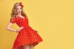 Mody PinUp dziewczyna w Czerwonej polek kropek sukni Rocznik Obrazy Royalty Free