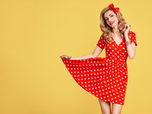 Mody PinUp dziewczyna w Czerwonej polek kropek sukni Rocznik Zdjęcia Royalty Free