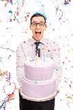 Młody radosny mężczyzna trzyma urodzinowego tort Zdjęcie Royalty Free