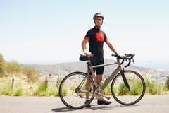 Młody sportowy mężczyzna bierze przerwę po dobrego jeździć na rowerze trening Zdjęcie Stock