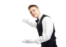 Młody szczęśliwy uśmiechnięty kelner gestykuluje powitanie Zdjęcia Royalty Free